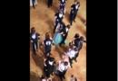 Mládež tančila na tanečních zády k sobě jen ze žertu